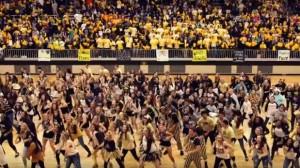 Alumnos de colegio en EE.UU. bailan en sorprendente coreografía