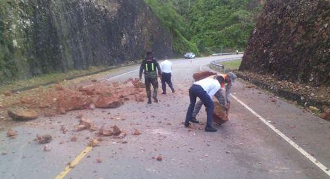 Se registran deslizamientos de tierra en carretera Boulevard Turístico