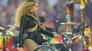 Así se salvó Beyoncé de inminente caída en baile en Super Bowl