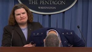 General de la Fuerza Aérea de EEUU se desmaya en plena sesión informativa