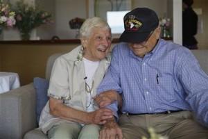 Veterano de la IIGM se cita con novia en Australia