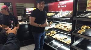 """El actor estadounidense John Travolta sorprendió a los argentinos al presentarse en una pastelería de Castelar, una localidad situada a las afueras de Buenos Aires, donde se comió cuatro """"medialunas"""" (cruasanes) con café antes de que la anécdota se volviera viral en las redes. """"Todos pensaron que era un doble, estaba sin maquillaje"""", contó hoy al canal Todo Noticias Hugo, uno de los trabajadores de la pastelería. El actor, de 62 años, se encuentra en Argentina para celebrar el cumpleaños de su representante, que es primo del dueño del local de dulces. Vestido con gorra y camiseta negra, el protagonista de """"Grease"""" y """"Saturday Night Fever"""" disfrutó de cuatro tradicionales medialunas y de un café, además de obsequiar a los presentes este jueves en el local con un paso de baile a petición de una de las sorprendidas clientas, según detallaron desde el establecimiento. La noticia se volvió la noche del jueves rápidamente viral y las fotos y bromas inundaron las redes sociales. """"Travolta está en Argentina y compró facturas con membrillo en Castelar??? Es joda? (sic)"""", lanzó en su cuenta de Twitter el presentador televisivo Marcelo Tinelli. """"En homenaje a #travoltaenargentina el mejor sweater del mundo"""", publicó el dibujante Liniers junto a dos fotos en las que se le ve a él con un jérsey de """"Pulp Fiction"""" y al actor escogiendo los dulces."""