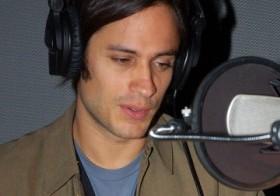 Gael Garcia Bernal mientras narra