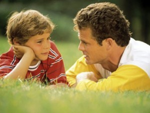 Un niño junto a su padre. Foto archivo.