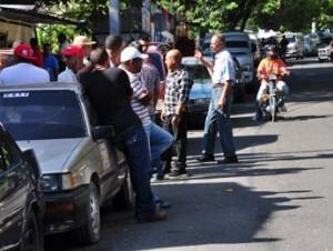 Exigencia. : Los choferes demandan arreglar calles y bajar la gasolina.