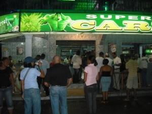 Dominicanos acuden frecuentemente a los denominados colmadones a ingerir bebidas alcohólicas.