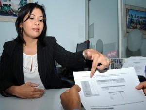 Librada Vidal, gerente de adopciones del Conani, muestra las solicitudes.