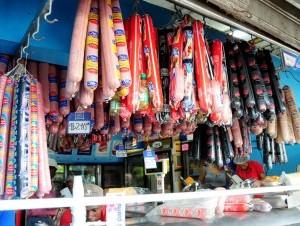 El salami es un producto de consumo masivo en freidurías ambulantes.
