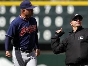 El umpire de segunda base Ed Hickox, derecha, expulsa del partido al mánager dominicano Manny Acta, de los Indios de Cleveland, por discutir una decisión en el octavo inning del partido ante los Marineros de Seattle