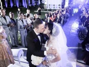 El Prodigio besa a su ahora esposa Sterling Ramírez Hernández durante la boda efectuada el pasado lunes. Cortesia: Jochy Fersobe