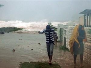 Residentes desalojan su casa en el barrio de Caribbean Terrace, en el este de Kingston, Jamaica, ante la llegada del huracán Sandy