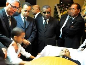 Allegados y el hijo del fiscal adjunto Omar Eduardo Álvarez observan su cuerpo en la funeraria Blandino.