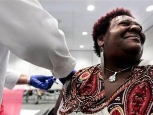 Elizabeth Saint Victor hace un gesto mientras recibe una vacuna gratuita contra la gripe en la Biblioteca Central de Memphis, Tenesí, el martes 30 de octubre de 2012.