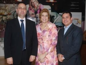 El embajador Moshe Semoneta, Lucy Cosme y Graynmer Méndez.