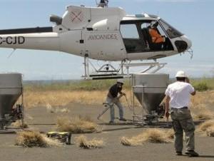 Personal del Parque Nacional de las Galápagos prueba el equipo a ser usado en una campaña para erradicar las ratas de las islas. Se calcula que hay entre nueve y 11 ratas por metro cuadrado en el archipiélago.