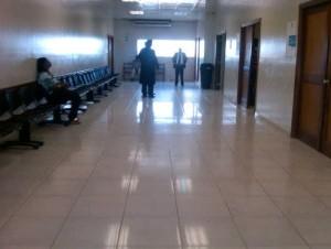 Uno de los pasillos de la Fiscalía de la provincia Santo Domingo.