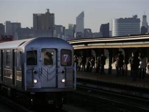 Viajeros esperan en la plataforma mientras pasa un tren por la estación de la calle 40 y calle Lowry, donde murió un hombre tras ser empujado a las vías, en la sección Queens de Nueva York.