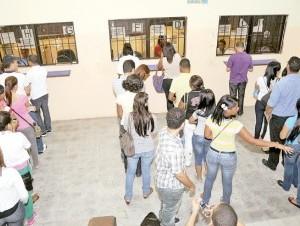Decenas de estudiantes han confrontado problemas para reinscribirse.