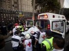Un lesionado es subido a una ambulancia tras una explosión en un edificio del complejo de oficinas generales de la petrolera estatal Pemex en la Ciudad de México.