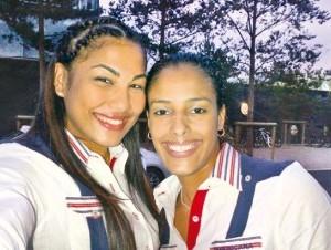 Eve Mejía, izquierda, junto a su compañera de la selección, Karla Echenique.