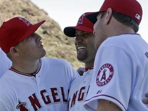 El jugador de los Angelinos de Los Angeles, Albert Pujols, centro, sonríe al posar con sus compañeros Austin Trout, izquierda, y Josh Hamilton.