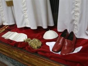 El negocio enviará al Vaticano tres juegos de vestiduras de tamaño grande, mediano y pequeño para vestir al futuro pontífice.