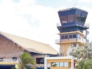Los controladores aéreos exigen aumento de sueldos y mejoría de los equipos.