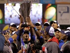Jugadores dominicanos levantan el trofeo luego de vencer 3-0 a Puerto Rico en la final del Clásico Mundial de Béisbol, disputada anoche en San Francisco.