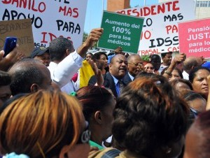 La Coordinadora de los Gremios del Sector Salud marchó ayer hasta el Congreso Nacional para reclamar una pensión de un 100% del último salario devengado.
