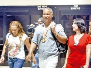 Moisés Alou a su salida del Aeropuerto Internacional de Las Américas.