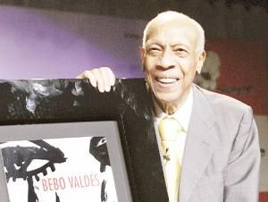 """En esta foto del 9 de octubre del 2008, el pianista cubano Bebo Valdés recibe una placa conmemorativa por un millón de copias vendidas de su disco con Diego el Cigala """"Lágrimas negras""""."""
