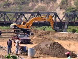 A pesar de la advertencia de Medio Ambiente, los equipos pesados de la alcaldía continuaron ayer extrayendo arena del río. Gilberto Serulle dijo que la usa en la construcción de obras.