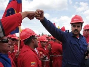 El candidato oficialista a la presidencia de Venezuela Nicolás Maduro saluda a un trabajador.