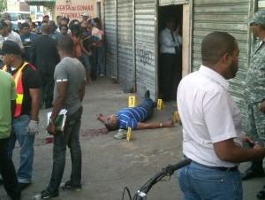El hombre que ultimaron en la Sabana Larga. Foto tomada del Twitter @VictorRosario21 de Victor Rosario.