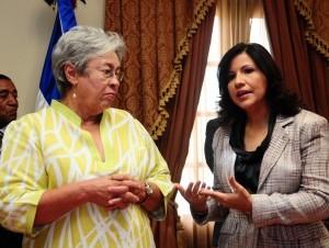La directora de Senasa, Altagracia Guzmán Marcelino, y la vicepresidenta Margarita Cedeño firmaron un acuerdo.