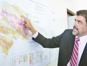 El experto ilustró sus explicaciones con los mapas geológicos elaborados por la institución.
