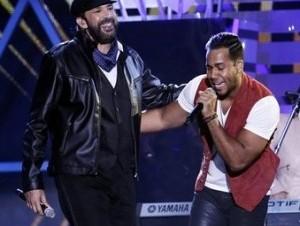 uan Luis Guerra, a la izquierda, y Romeo Santos interpretan