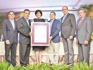 Manuel A. de la Cruz y Manuel Durán reciben el certificado de Pedro Antonio Valdez, María Amalia León de Jorge, José Antonio Rodríguez y Franklin León.