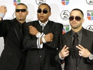 Don Omar, (centro) junto al duo dinámico Wisin y Yandel durante los Latin Grammy Awards en New York.