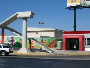 En la parte frontal de la estación del Metro Ulises Francisco Espaillat, fue construida una escalera de concreto a la cual no le ha sido colocada la rampa que conectará con el resto del peatonal.