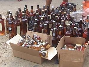 Decomiso de botellas de whisky en Cheque militar en Montecristi.