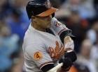 Manny Machado de los Orioles de Baltimore batea un sencillo en el sexto inning ante los Tigres de Detroit.