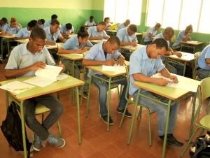 Estudiantes tomanda Pruebas Nacionales.