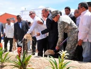 El presidente Danilo Medina y otras autoridades dieron el primer palazo para iniciar la construcción del proyecto habitacional, para reubicar a los afectados por la crecida del lago Enriquillo en Jimaní, provincia Independencia.