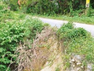 Algunos puntos críticos de la vía presentan deslizamientos.