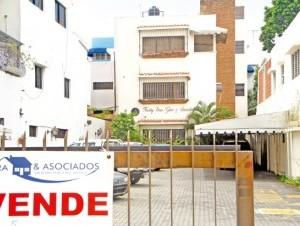 Al fondo, edificio de tres pisos donde operaban las oficinas de Freddy Beras.