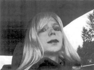 Bradley Manning con peluca y labial.