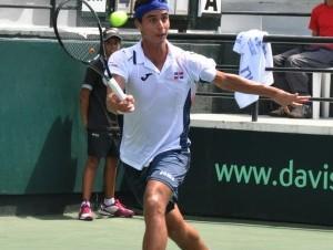 La raqueta dominicana Roberto Cid, durante su juego en la Copa Davis por BNP Paribas.