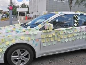 """El carro de Manuel Tavarez, quien fue """"sorprendido"""" por su novia, Nicole Peña, con decenas de mensajes en inglés y en español celebrando un mes de su amor."""
