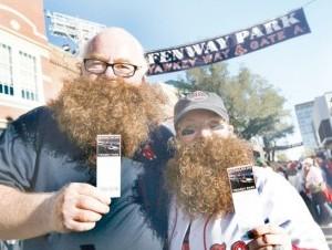 Dos seguidores barbudos de los Medias Rojas de Boston muestran sus boletas.